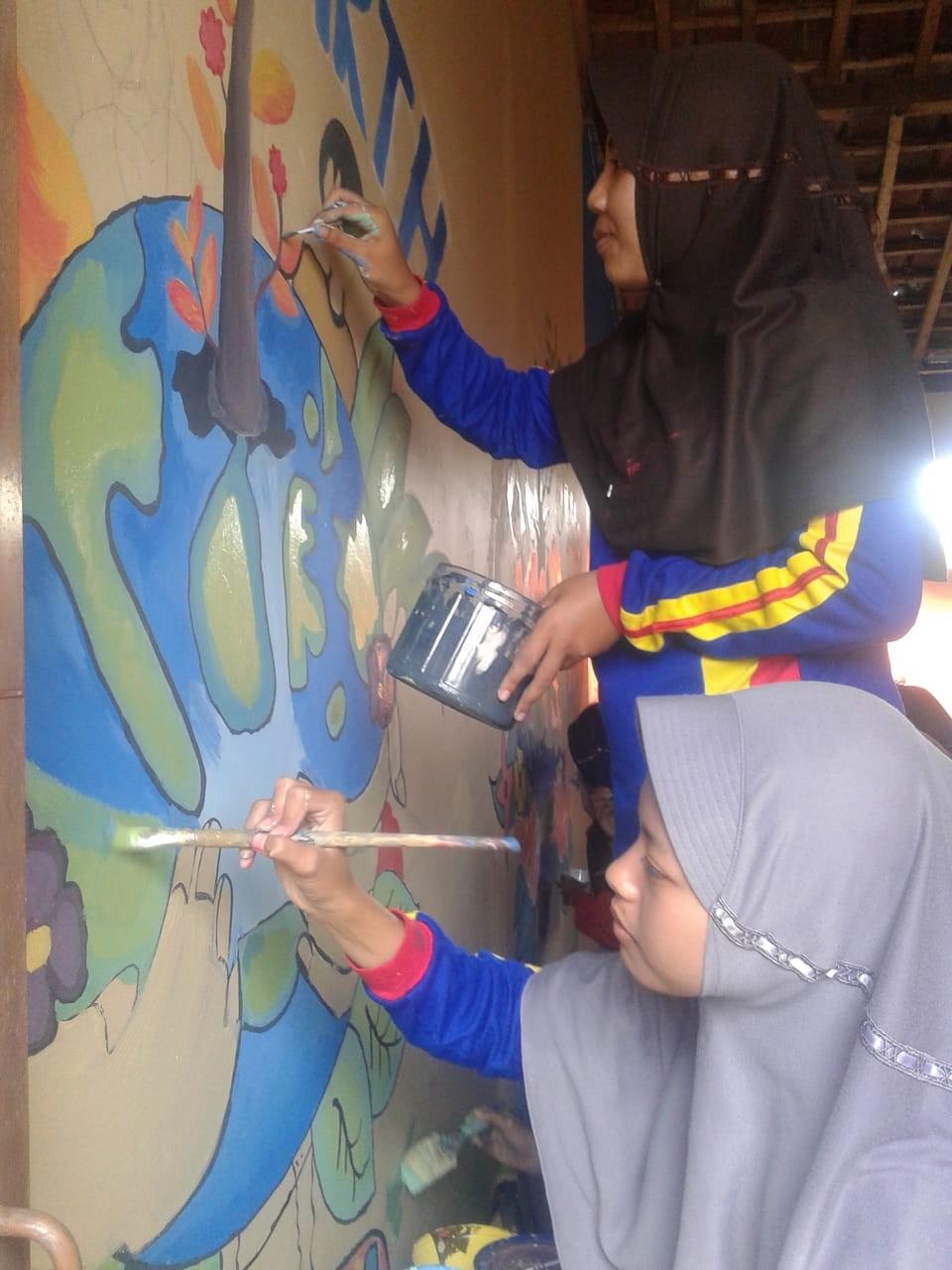 Siswa SMP N 1 Mrebet Melukis Mural Bertema Lingkungan Hidup